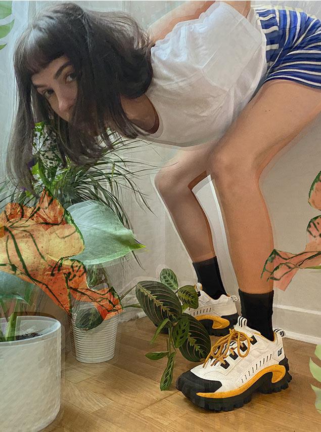 Barbara Malewicz porte des sneakers de la marque Caterpillar intruder white jaune