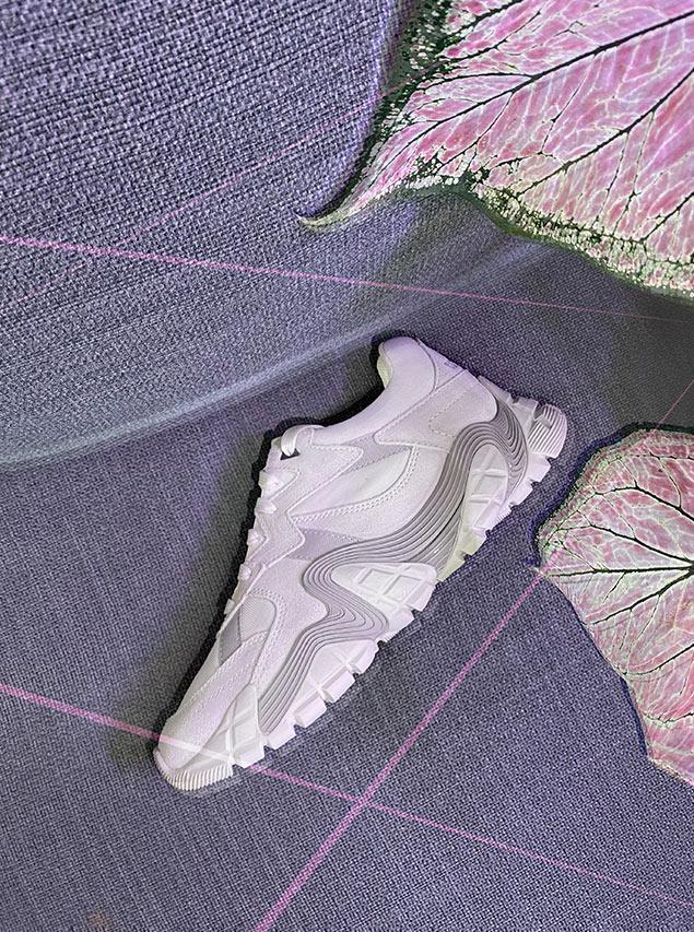 Barbara Malewicz porte des sneakers de la marque Caterpillar